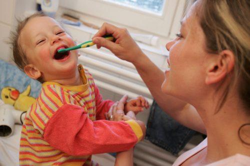 Criança a escovar os dentes
